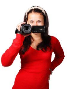 donna con videocamera