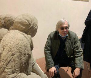 Sgarbi davanti le sculture di Consortini