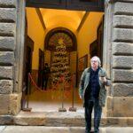 Vittorio Sgarbi davanti il Teatro Persio Flacco